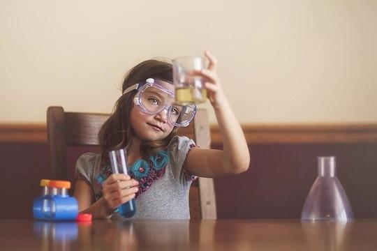 داشتن سرگرمیهای علمی کودک