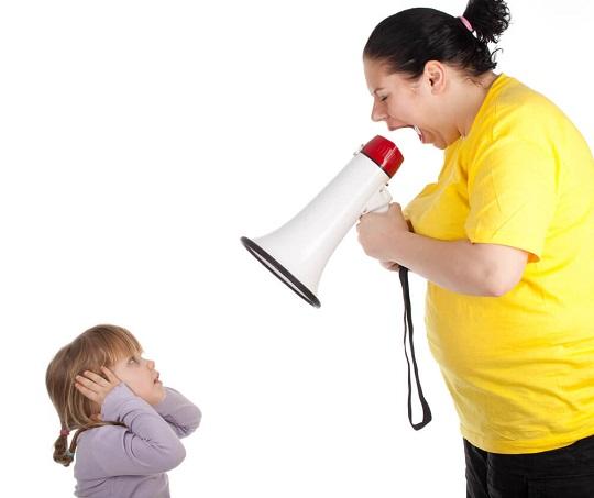 داد زدن سر نوزاد