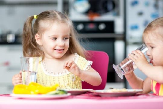 کودک از چه سنی میتواند آب بنوشد؟