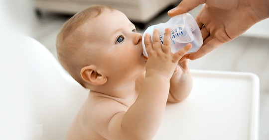 آب خوردن نوزاد
